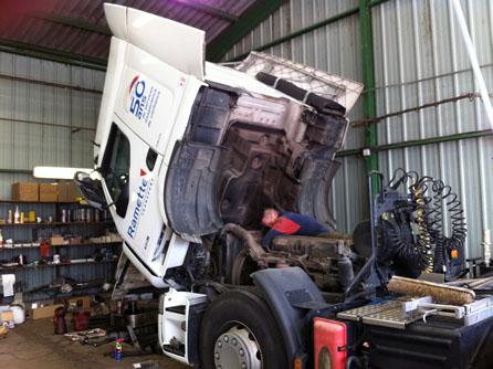 Groupe ramette : un grand parc de véhicules de camions et citernes